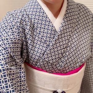 米織小紋にマゼンダの帯揚げとガラスの帯留めを効かせて