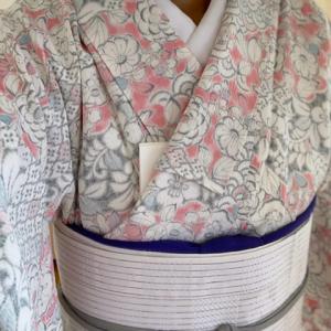 ピンク系辻ヶ花小紋に白の半幅帯を合わせて