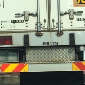 このトラックドライバーも、車好きに違いない!?