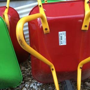 園児は土木が好き!イタリー製の一輪車が、玩具。