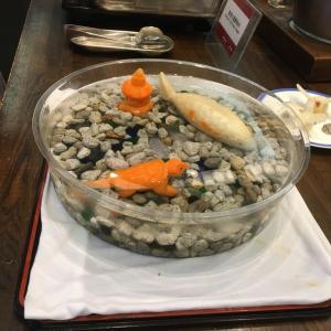 野菜の彫刻が涼しさを感じる。某ホテルの食堂で