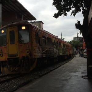 台湾十分、電車が横を走る♪♪