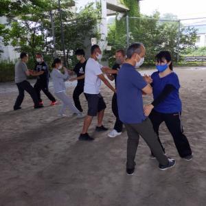 夏の鄭子太極拳青空教室を開催しています。