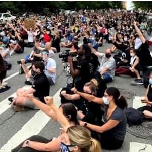 ニューヨーク・デモの渦中で呑気なヤツら❗️
