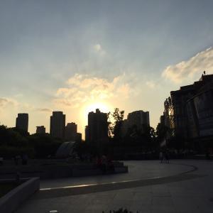 上海のビル群に沈む夕陽