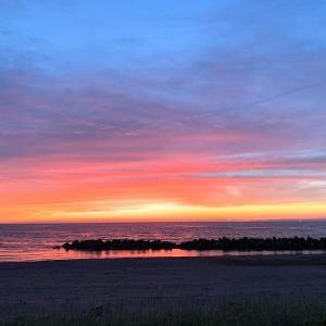 夕暮れ時の海岸で