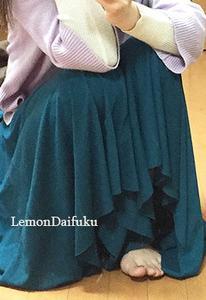 コーデュロイのギャザースカートで、冬のロマンティックコーデ 【DHOLIC】