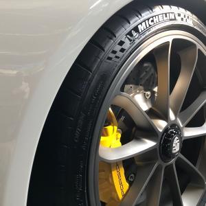シュアラスターのタイヤワックスで、GT3と空冷ポルシェのタイヤを黒くしてみた。