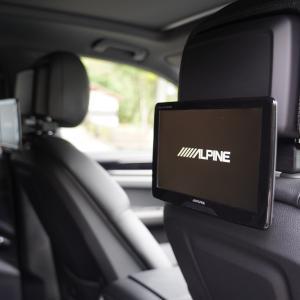 ポルシェ カイエンの後部座席にリアモニターを装着。車内でYoutubeを見れるようにした