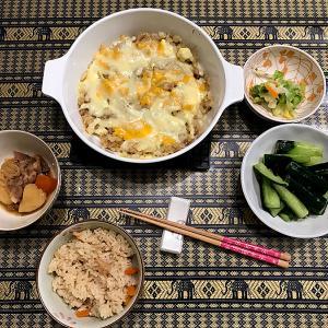 「鶏ごぼう」の炊き込みご飯と「ジャガイモと挽肉のチーズ焼き」