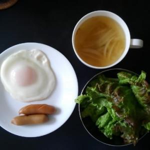 朝食:ショウボウスープとソーセージ&エッグ