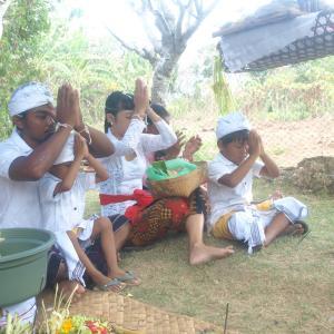 娘のバリヒンドゥー教生後210日のセレモニー at レンボンガン島【その2】