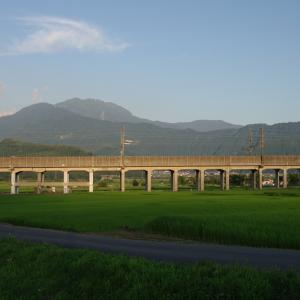 新幹線の高架橋越しの八海山