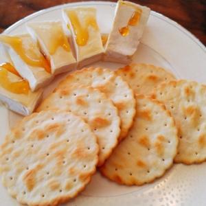 【合計2ドル(140円)】フランス産カマンベールチーズとカナダ産オーブンローストガーリッククラッカーを優雅にいただく