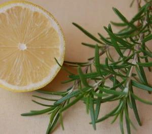 テカリやベタつきを抑える脂性肌用ハーブ化粧水
