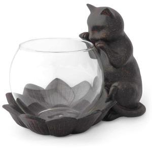 猫が覗き込む姿が可愛い♪小さな金魚鉢やフラワーベースに