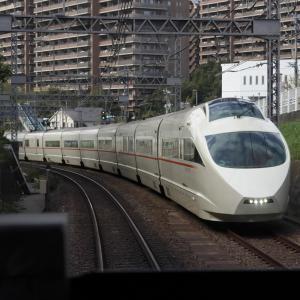 新宿へ向かうロマンスカー VSE