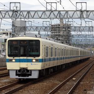 喜多見駅に差し掛かる小田急8000形