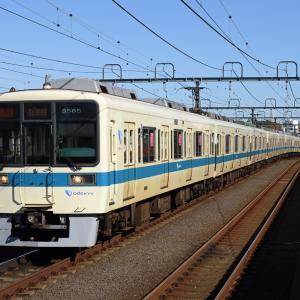 豪徳寺駅に差し掛かる小田急8000形