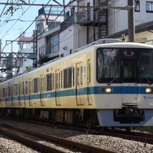 新宿へ向かう小田急8000形