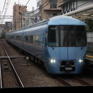 南新宿駅を通過するロマンスカー MSE