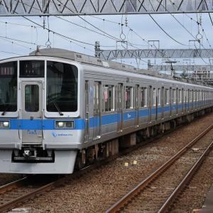 和泉多摩川駅に差し掛かる小田急1000形