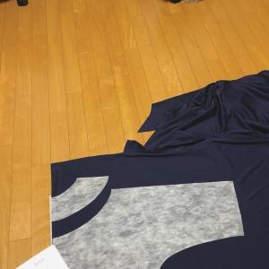 製作中:濱田明日香さんの「甘い服」フリルトレーナー。紺のニットで。