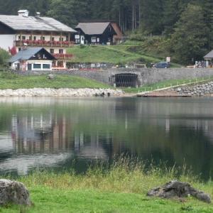 水面に影映りたる湖畔の宿