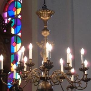 湖畔にてちいさな教会燭光す