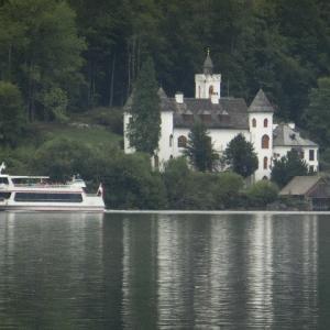 山の湖(うみ)白き館に船のゆく