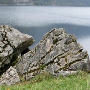 湖(うみ)の岩、照る日曇る日億万年を黙ってみてきた