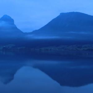 山あれば谷あり湖(うみ)の夜が明けぬ
