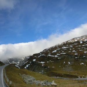 アルプス山岳道路をゆく