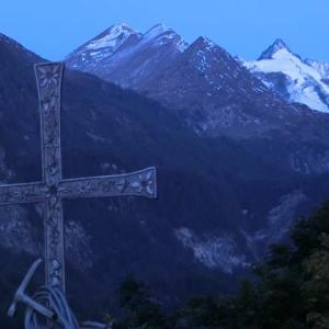 黎明に十字架立てりGroßglockner