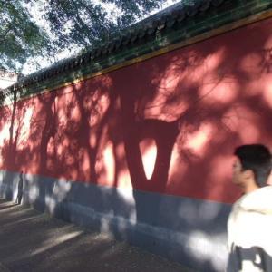 北京の赤壁の妖しい影