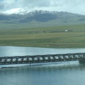 雪の山を見ながら川を渡る――青海鉄道の旅