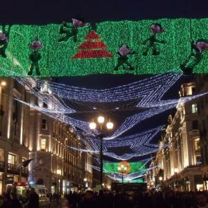 電飾のロンドンの街暮れなずむ