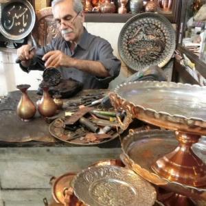 バザールの工房で打つ金属盆