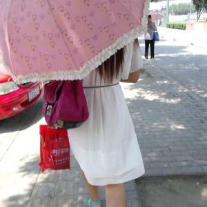 北京の夏はめっちゃ暑い 日傘ゆらゆら
