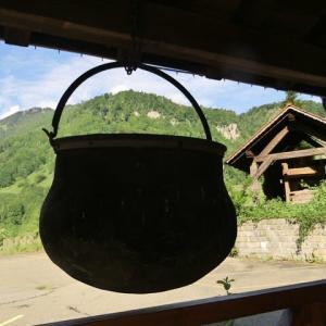 炊事場に大き鍋吊るスイスかな