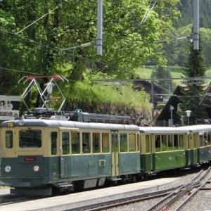 新緑のWENGEN駅を出た登山電車