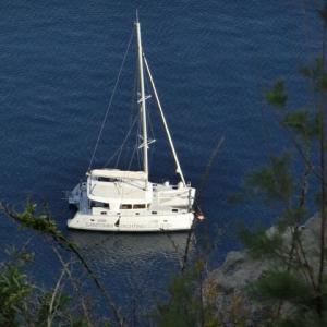 双胴のヨット停泊エーゲ海