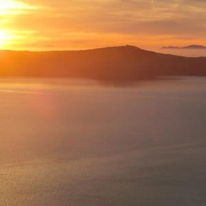 サントリーニ島の夕暮れ荘厳に