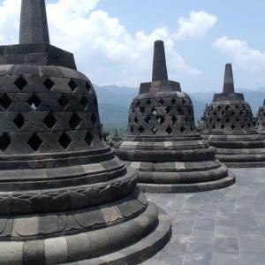 ボロブドゥル仏塔ずらり並びたる