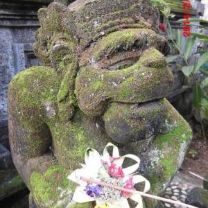 苔むしし猿の石仏笑みており