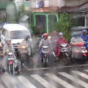 雨の日もバイク出勤ジャカルタ市民