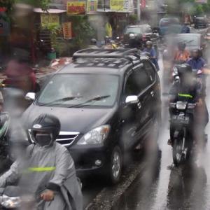 バリ島もバイク全盛雨の朝