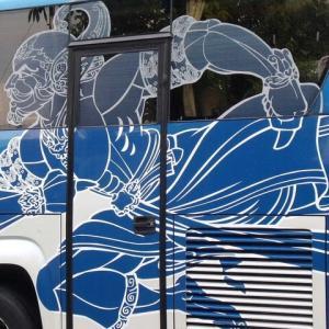 バス車体BATIK図柄躍動す