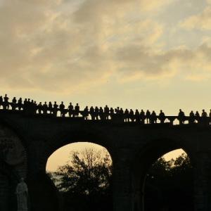 橋の上に人ら並びて広場見る