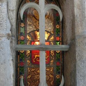 石壁の奥に耀(かがよ)うステンドグラス